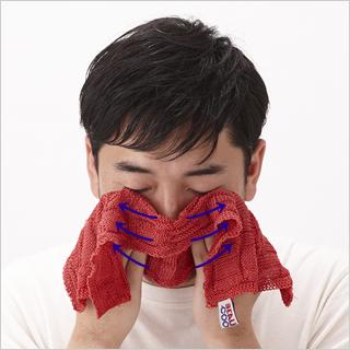 頬を包み込むように手をあて、リンパの流れに沿って優しくスライドさせます。