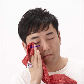 目元のシワ対策。指の腹で目の下を押さえ、骨のくぼみに沿って指を回転させながら目尻まで移動させます。