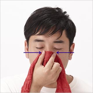 鼻の付け根から中央まで軟骨を押して、鼻筋を通すエクササイズ。