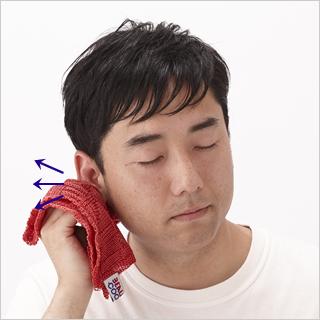 耳を引っ張りながらのマッサージ。しっかりつかんでストレッチすれば気分もスッキリ。
