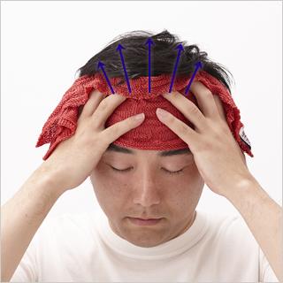 髪の生え際から後頭部の首の付け根まで、頭をマッサージして、血の流れを良くしましょう。